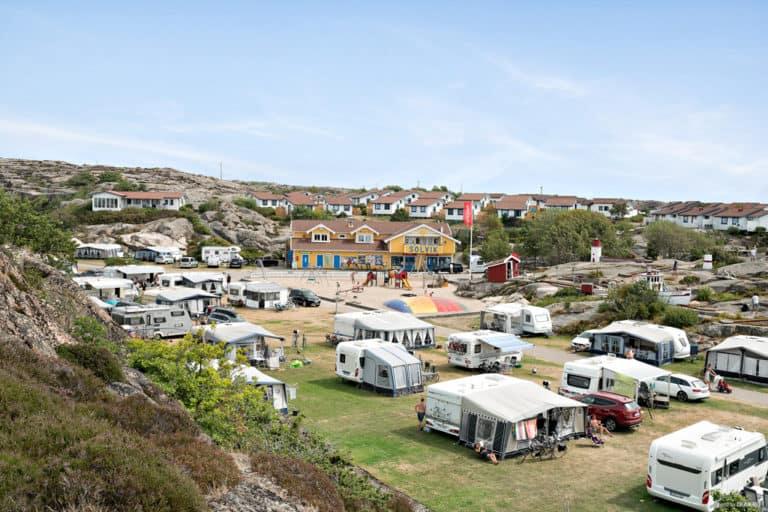 Husbilar och husvagnar i solen på First Camp Solvik-Kungshamn.