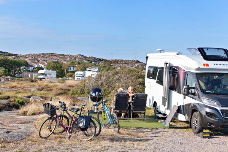 Husbil vid stranden nära First Camp Solvik-Kungshamn.
