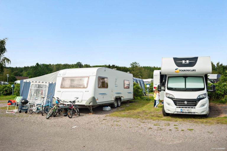 Husvagn och husbil med blå himmel på Kolmården-Norrköping.