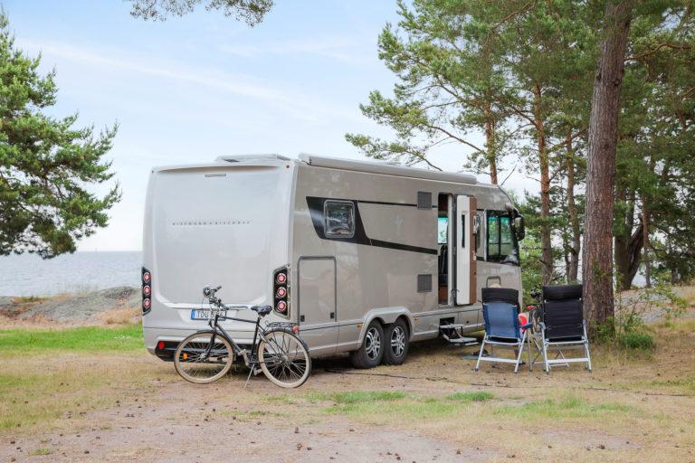 Husbil med utsikt över Östersjön vid First Camp Gunnarsö-Oskarshamn.