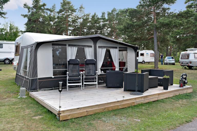 Förtält vid säsongsplats på First Camp Oknö – Mönsterås.