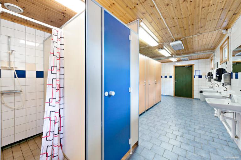 Dusch och handfat vid servicehus på First Camp Oknö – Mönsterås.