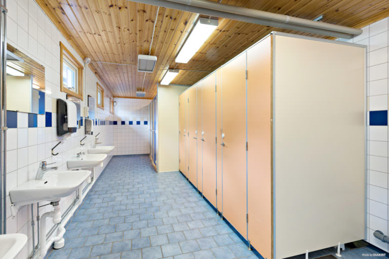 Servicehus First Camp Oknö – Mönsterås, toabås och handfat.