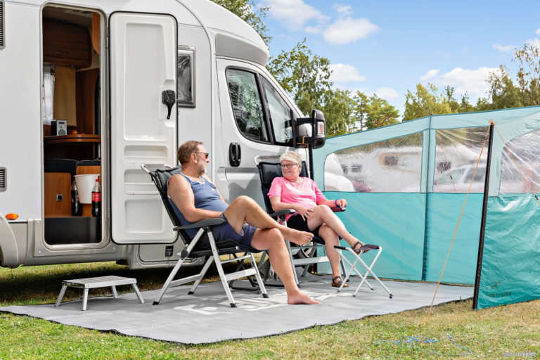 Husbilsgäster njuter av solen på First Camp Skutberget-Karlstad.