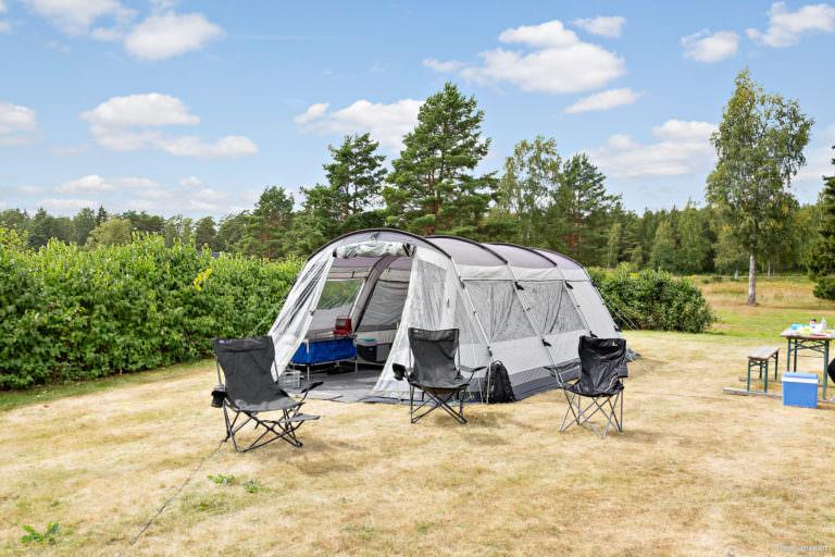 Stort tält i gräset på First Camp Skutberget-Karlstad.