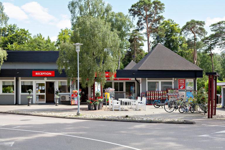 reception och bistrobyggnaden vid First Camp Torekov-Båstad.