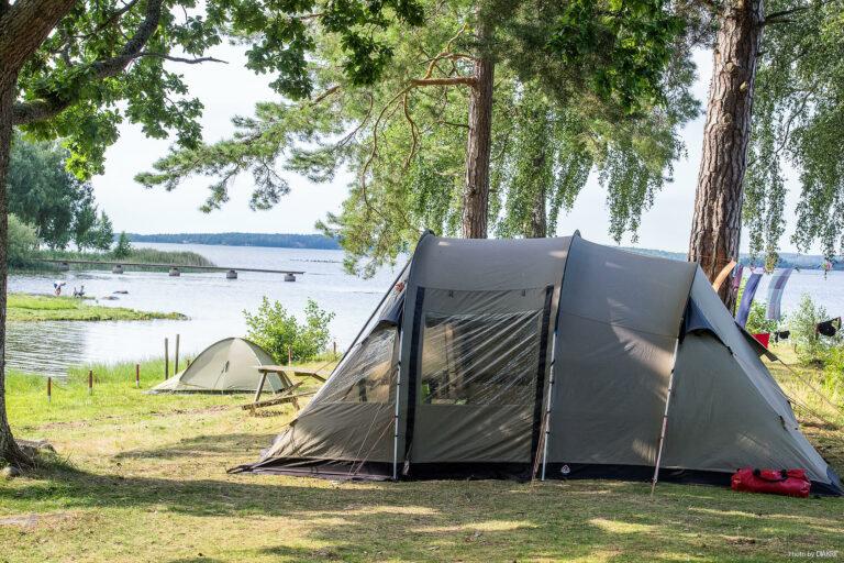 tält vid vattenbrynet