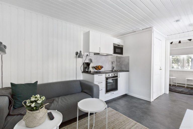 modernt vardagsrum och köksyta i ljusa toner i stuga på Ånnaboda-Örebro