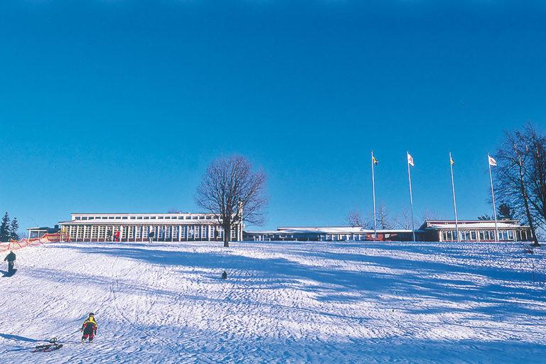 ånnabodas pulkabacke täckt i snö som utgår från receptions och restaurangbyggnaden på toppen