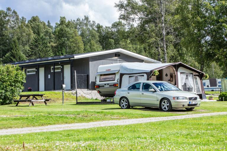 bil och husvagn på camping