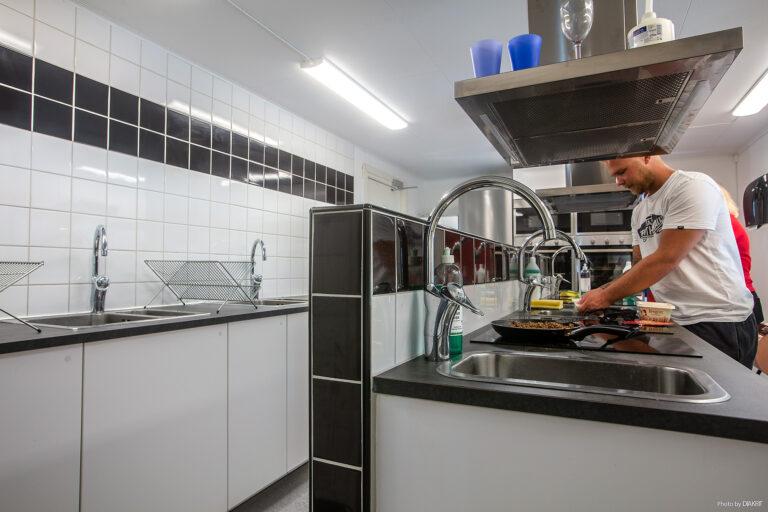 par lagar mat i modernt kök i ett servicehus