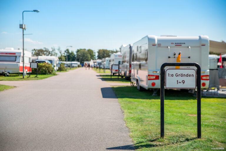 campingområde med tält och husvagnar vid gatan första gränden