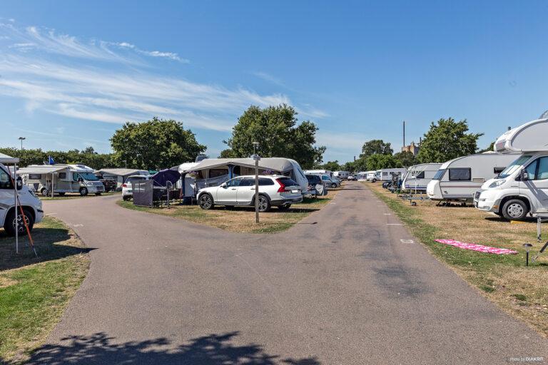 campingområde med huvagnar och hubilar på råå vallars camping i helsingborg