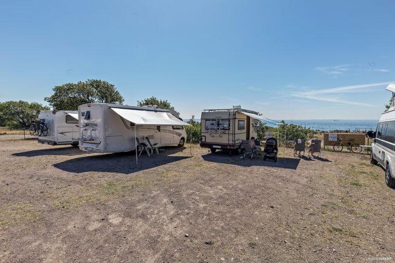 ställplats med tre husbilar vid Råå Vallar med utsikt över havet