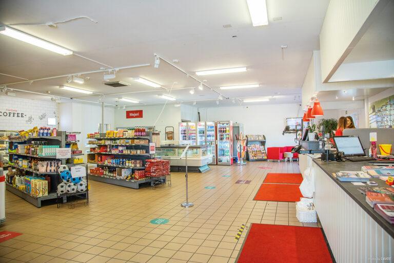 butik med livsmedel på hyllor + receptionsdisk