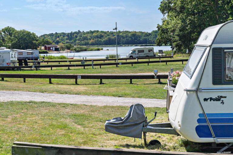 campingområde med husvagnar som har utsikt över vattnet