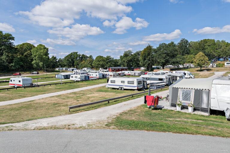 campingområde på gräs med uppställda husvagnar