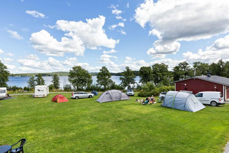 tält och husvagnar på campingplats