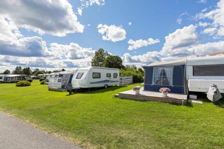 husvagnar med förtält på campingplats